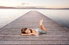 Menina com uma ampulheta Fotografia de Stock
