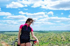 Menina com uma bicicleta Imagem de Stock Royalty Free