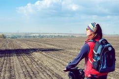 A menina com uma bicicleta Imagem de Stock Royalty Free