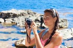 Menina com uma câmara de vídeo Fotografia de Stock Royalty Free