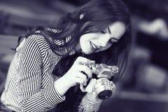Menina com uma câmera do vintage imagem de stock royalty free