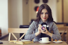 Menina com uma câmera do vintage fotos de stock
