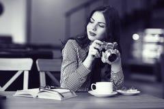 Menina com uma câmera do vintage Fotos de Stock Royalty Free