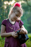 Menina com uma câmera na natureza Fotos de Stock