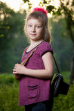 Menina com uma câmera na natureza Fotos de Stock Royalty Free