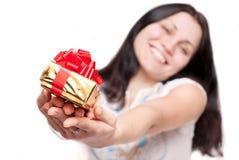 Menina com uma caixa de presente Fotos de Stock