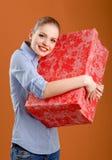 Menina com uma caixa de presente fotografia de stock royalty free