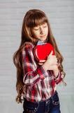 Menina com uma caixa vermelha dos chocolates Imagem de Stock