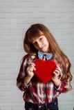 Menina com uma caixa vermelha dos chocolates Fotos de Stock
