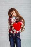 Menina com uma caixa vermelha dos chocolates Fotografia de Stock