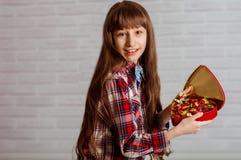 Menina com uma caixa vermelha dos chocolates Imagens de Stock Royalty Free