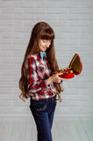 Menina com uma caixa vermelha dos chocolates Foto de Stock