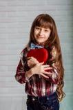Menina com uma caixa vermelha dos chocolates Fotos de Stock Royalty Free