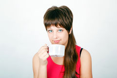 Menina com uma caneca branca grande Fotos de Stock Royalty Free
