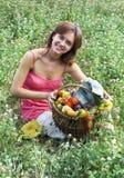 Menina com uma cesta   Foto de Stock Royalty Free