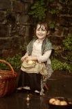 Menina com uma cesta das maçãs Fotos de Stock