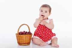 Menina com uma cesta de bagas das cerejas foto de stock