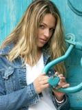Menina com uma chave do vintage Imagens de Stock
