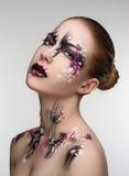 Menina com uma composição preta e cor-de-rosa imagens de stock royalty free