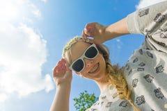 Menina com uma corrente de margarida Imagem de Stock