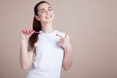 Menina com uma escova de dentes Imagens de Stock