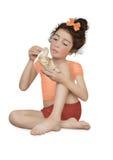 Menina com uma escultura de uma pomba Fotografia de Stock