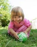 A menina com uma esfera fotos de stock royalty free