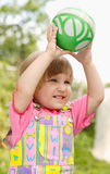 A menina com uma esfera fotografia de stock