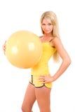 Menina com uma esfera para a aptidão Imagens de Stock