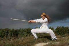 A menina com uma espada imagens de stock