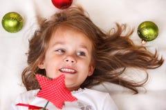 Menina com uma estrela do Natal fotos de stock royalty free