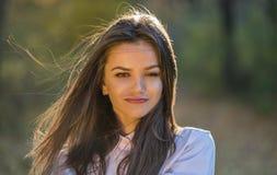 Menina com uma expressão da raposa em sua cara Imagem de Stock