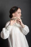 Menina com uma flauta Fotografia de Stock Royalty Free