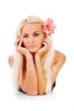 A menina com uma flor vermelha, foi entrançada em seu cabelo Imagens de Stock