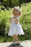 Menina com uma folha verde Imagens de Stock