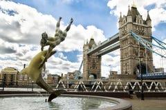 Menina com uma fonte do golfinho em Londres Fotografia de Stock Royalty Free