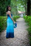 Menina com uma grinalda das folhas na estrada Imagem de Stock Royalty Free