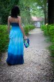 Menina com uma grinalda das folhas na estrada Fotografia de Stock Royalty Free