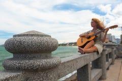 A menina com uma guitarra Imagens de Stock