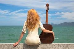 A menina com uma guitarra Imagens de Stock Royalty Free