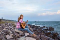 A menina com uma guitarra Foto de Stock Royalty Free