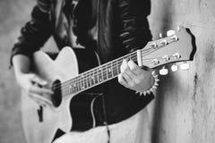 Menina com uma guitarra, mãos no fingerboard fotografia de stock royalty free