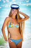 A menina com uma máscara para a natação imagens de stock royalty free