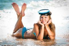 A menina com uma máscara para a natação fotos de stock royalty free