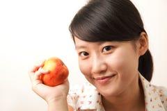 Menina com uma maçã Fotos de Stock