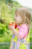 A menina com uma maçã imagem de stock royalty free