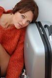 Menina com uma mala de viagem Fotografia de Stock Royalty Free