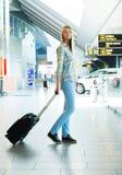 Menina com uma mala de viagem Fotos de Stock Royalty Free