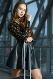 Menina com uma mala de viagem Fotografia de Stock