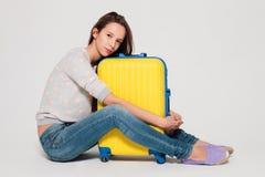 Menina com uma mala de viagem amarela Foto de Stock Royalty Free